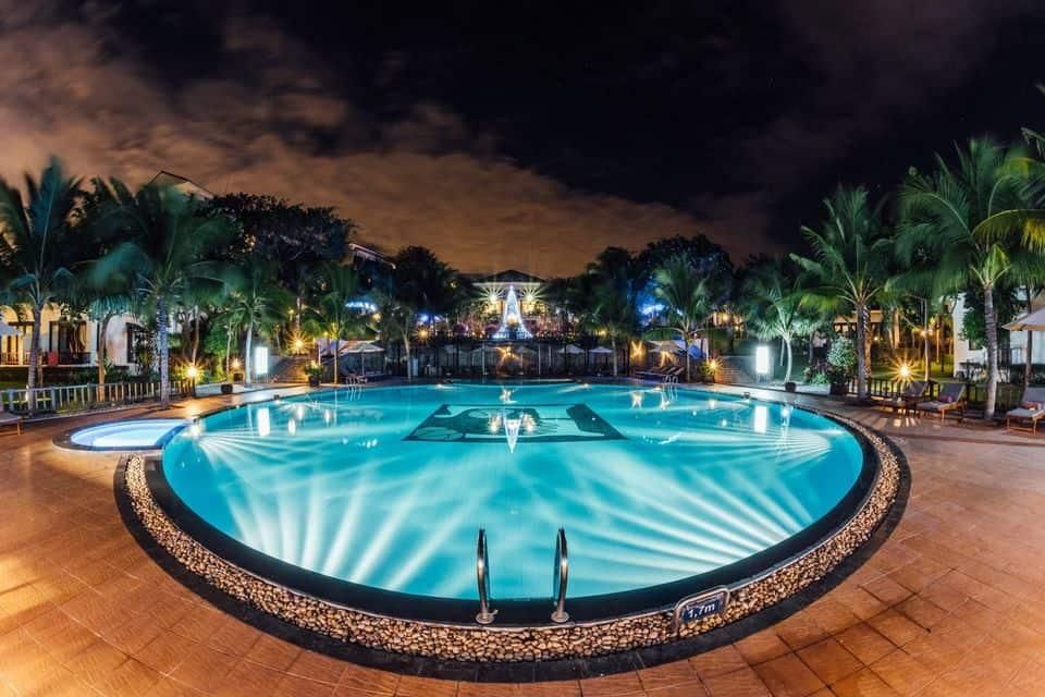 Bể bơi ngoài trời tại resort