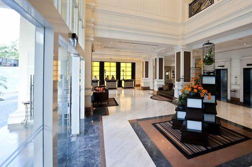 Khách sạn Movenpick có lối kiến trúc sang trọng với gam màu trắng đặc trưng - Nguồn ảnh: Internet