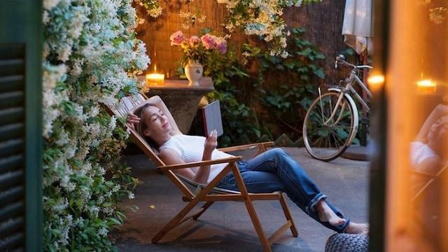 Đọc sách trong thời gian Staycation là lựa chọn của nhiều người