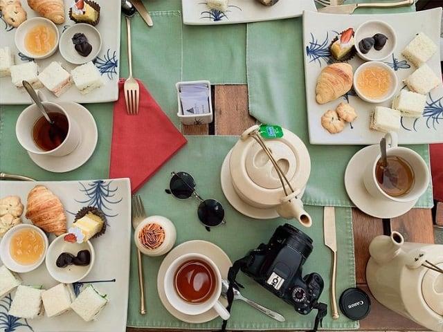 Hương trà đậm đà cùng với chút bánh thơm ngon là những gia vị lãng mạn tuyệt vời cho kỳ nghỉ