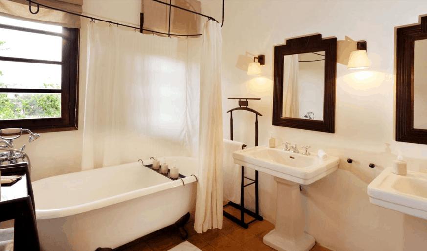 Du khách có thể tận hưởng không gian phòng tắm đầy thư giãn tại Villa Studio.