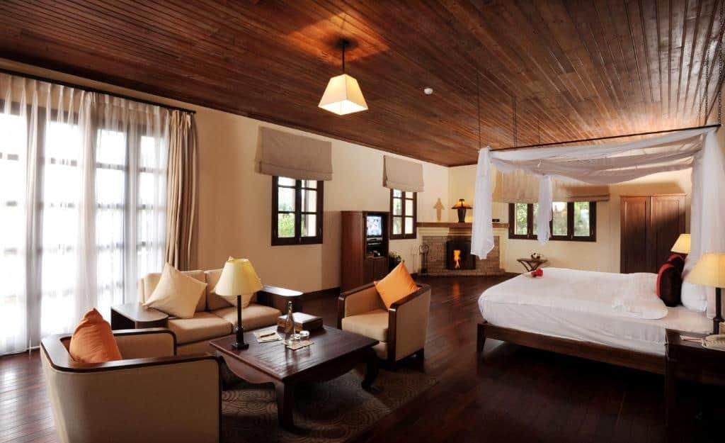 Phòng nghỉ Villa Room mang phong cách vintage, các gam màu chủ đạo là màu trắng, màu nâu vàng và toàn bộ nội thất trong phòng hoàn toàn được làm bảng gỗ.