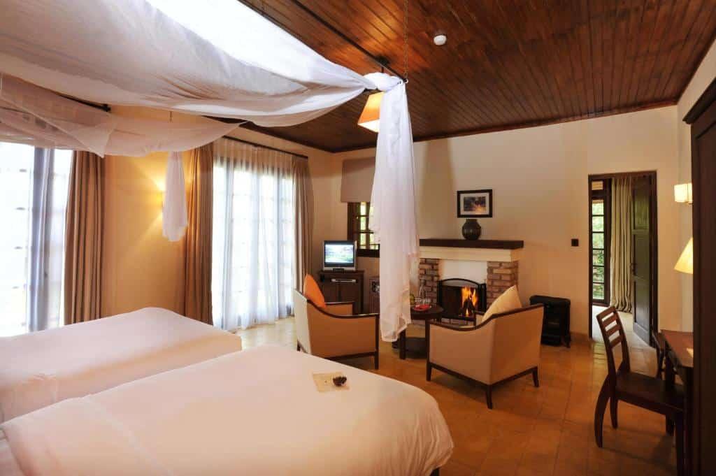 Phòng Villa Suite có nhiều cửa sổ lớn để du khách có thể ngắm nhìn quang cảnh thiên nhiên xung quanh.