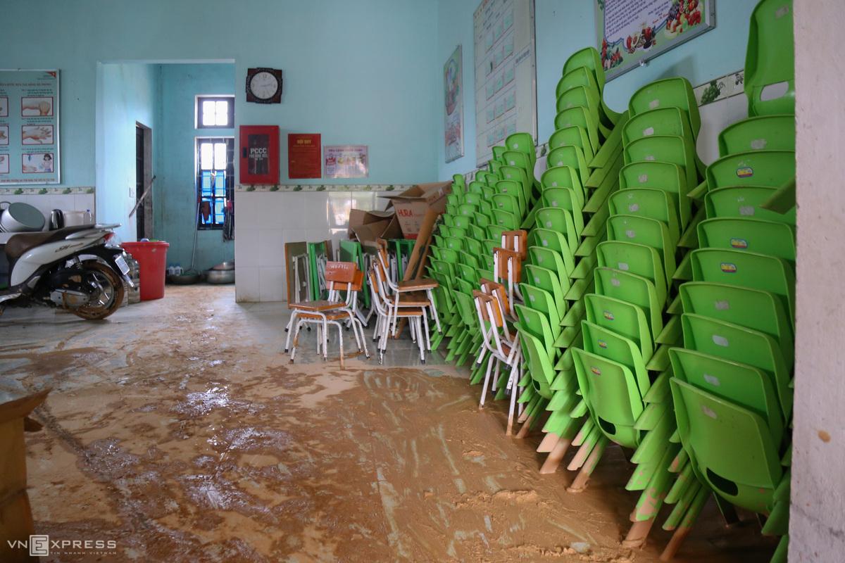 Trường học ở xã Hướng Lập, huyện Hướng Hóa đang ngập bùn từ 0,3 đến 1,2 m, sau trận lũ quét đêm 17/10.