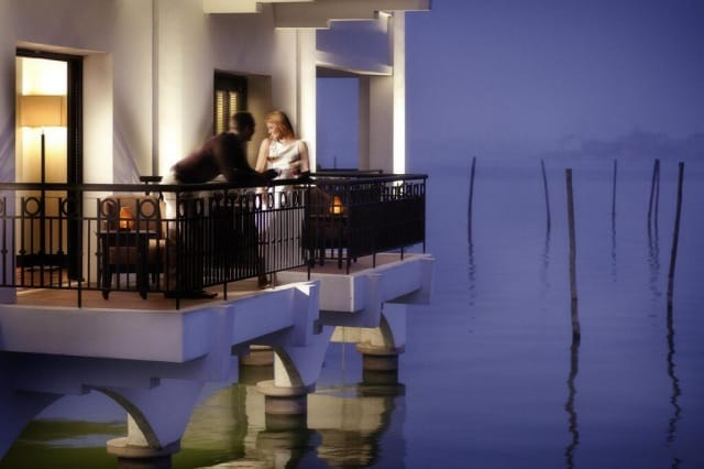 Phòng được thiết kế trên mặt nước mang đến cảm giác thú vị khi lưu trú. Ảnh: Internet