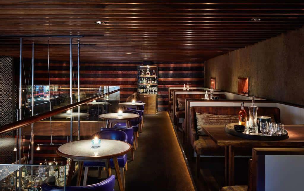 Không gian quán bar 2 Lam Sơn giúp du khách trải nghiệm hương vị thức uống độc đáo.