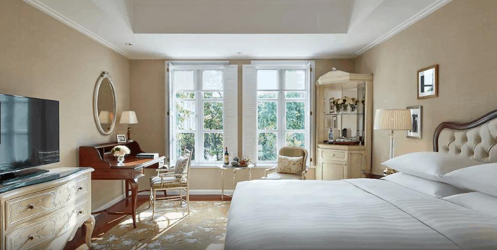 Những khung cửa đầy nắng tạo ra không gian nghỉ dưỡng tiện nghi, ấm cúng như ở nhà
