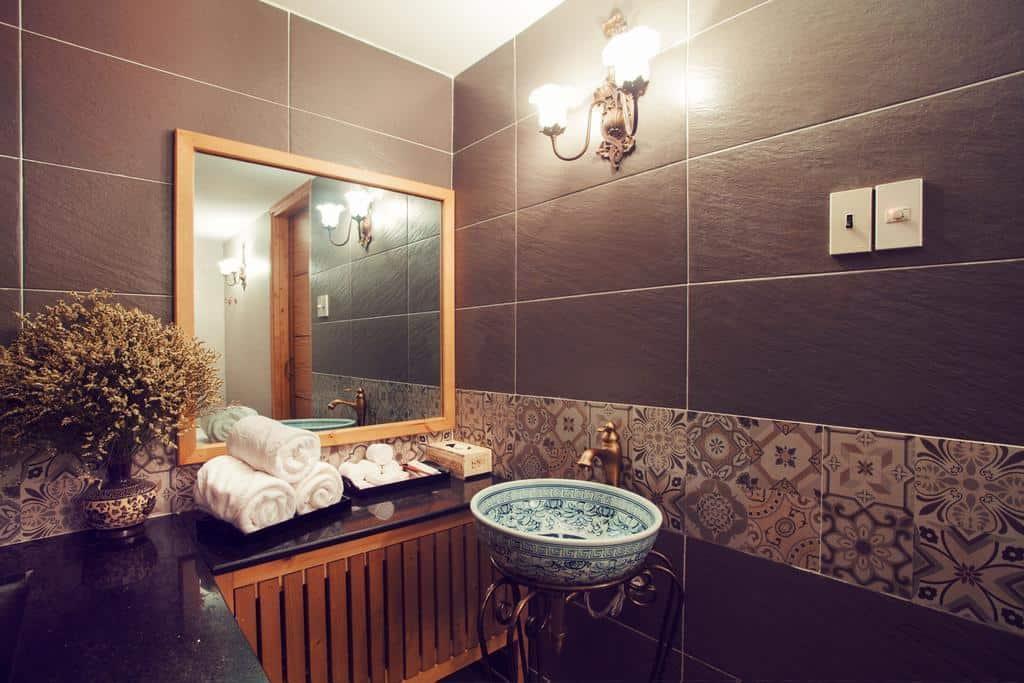 Thiết kế phòng tắm hiện đại và tiện nghi bên trong khách sạn
