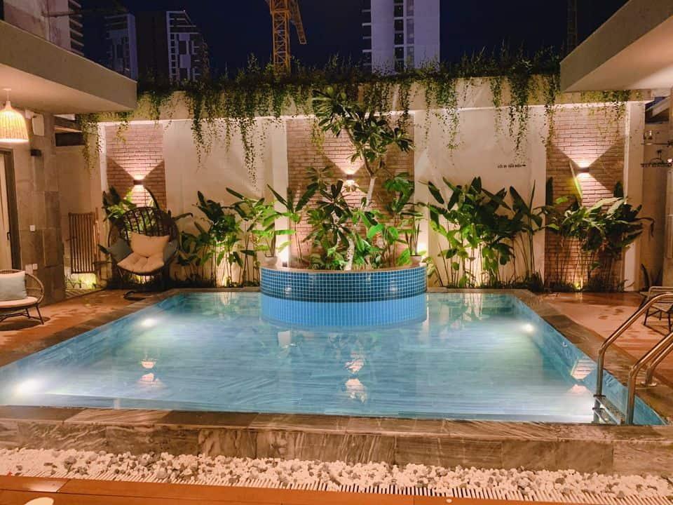 Khu vực khuôn viên khách sạn với bể bơi ngoài trời rộng rãi