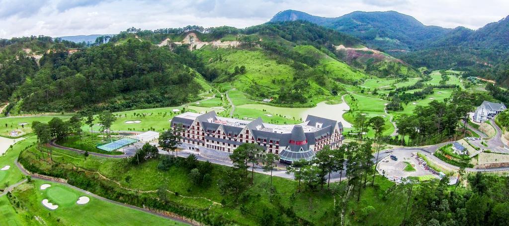 Khu nghỉ dưỡng nằm ở vị trí tuyệt đẹp giữa lòng khu du lịch quốc gia Hồ Tuyền Lâm