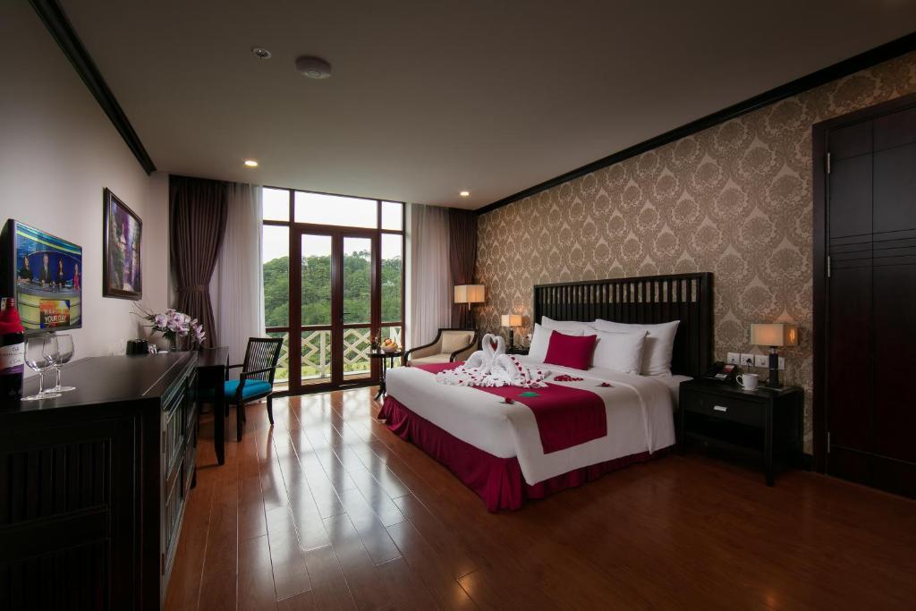 Phòng có cửa sổ lớn và view đồi núi hùng vĩ cho du khách chiêm ngưỡng