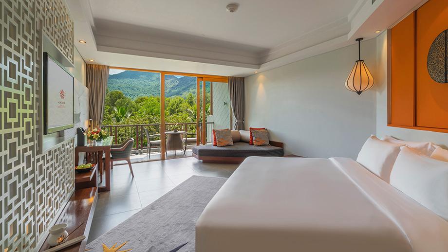 Garden Balcony Grand nhìn ra khung cảnh ngoạn mục của dãy Trường Sơn hùng vĩ với phong cách bài trí trong phòng rất thanh nhã, hiện đại và đậm chất truyền thống của Việt Nam 1