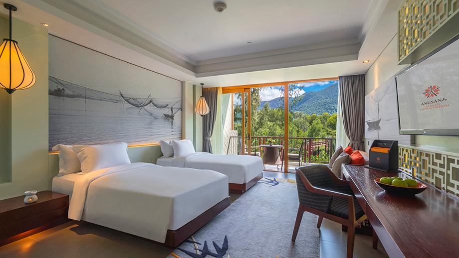 Garden Balcony Grand nhìn ra khung cảnh ngoạn mục của dãy Trường Sơn hùng vĩ với phong cách bài trí trong phòng rất thanh nhã, hiện đại và đậm chất truyền thống của Việt Nam 2