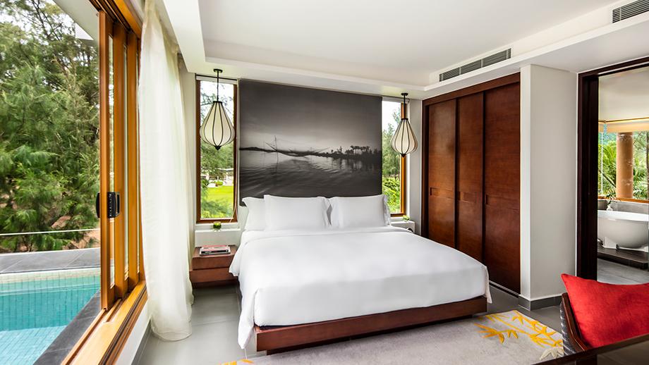 Seaview Junior Pool Suite với những tiện nghi hiện đại, phòng nổi bật với không gian xanh biếc bao quanh