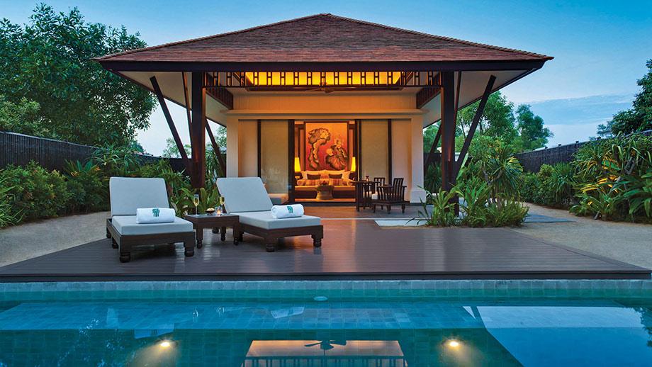 Biệt thự bên đầm nước có kiến trúc và nội thất lấy cảm hứng từ những nét thuần Việt, cửa chính dẫn ra thềm gỗ và bậc đá tự nhiên dẫn ra bể bơi riêng.
