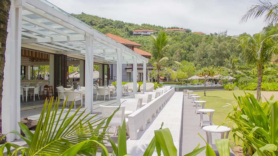 Azura là nhà hàng cạnh bãi biển phục vụ hải sản tươi ngon và những món ăn Địa Trung Hải chuẩn vị.
