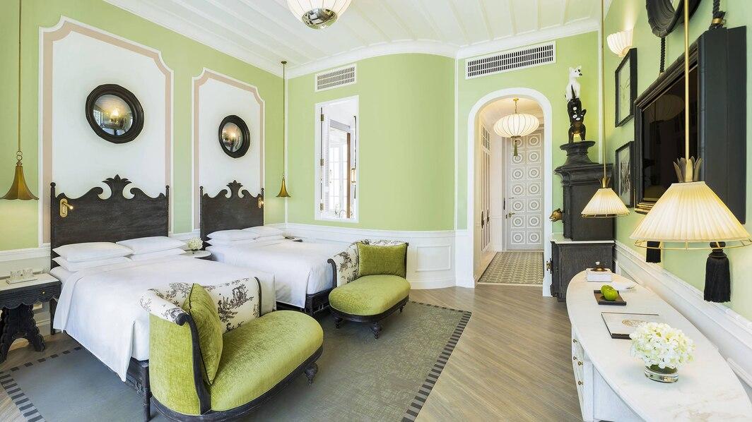 Emerald Bay View Twin gồm 2 giường đơn, có ban công view vườn