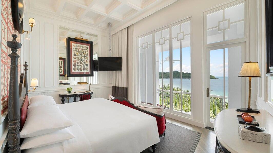 Deluxe Emerald Bay View gồm 1 giường King, có ban công view Vịnh