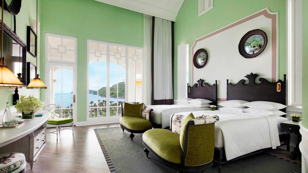 Deluxe Emerald Bay Twin gồm 2 giường đơn, view ra cảnh Vịnh