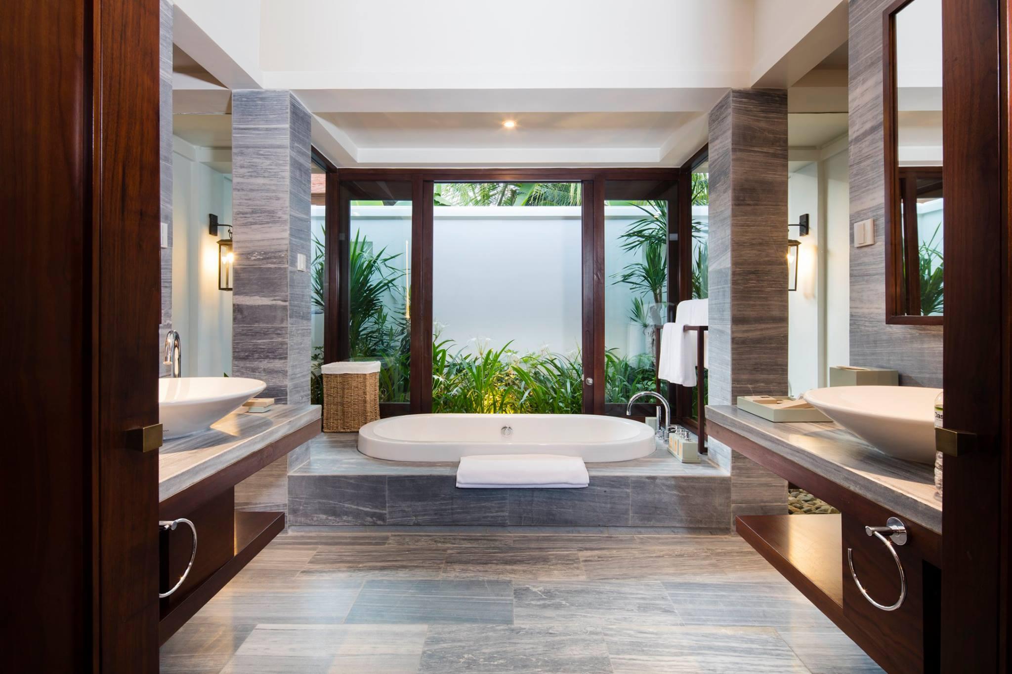 Phòng tắm được lát đá cẩm thạch rất tinh tế, trang nhã