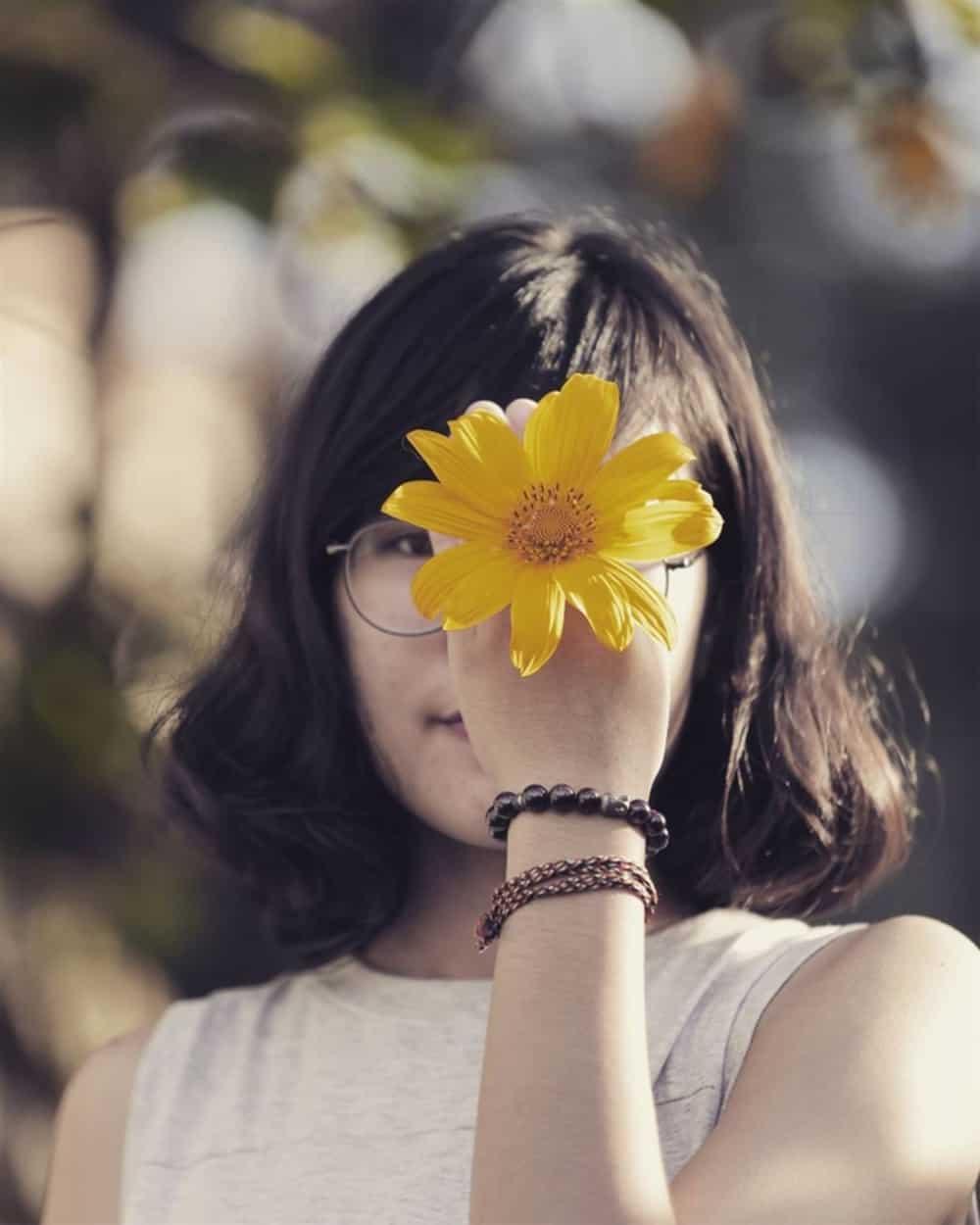 Dùng hoa che mặt khiến bức ảnh có chiều sâu hơn