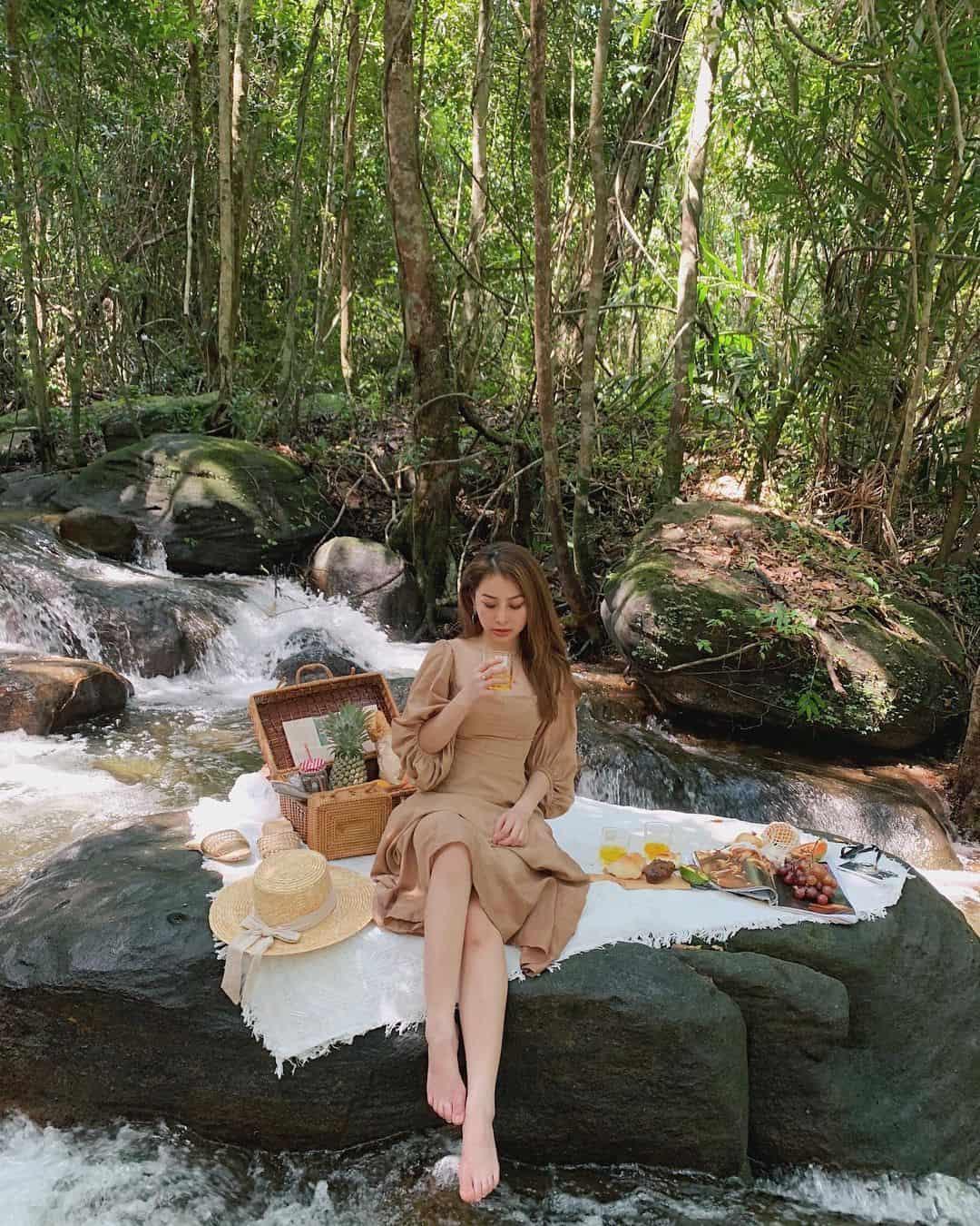 Chụp hình theo kiểu picnic tại suối Tranh. Hình: @mhanh_
