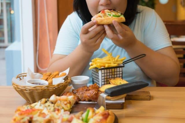 Chế độ dinh dưỡng không lành mạnh gây tích tụ mỡ bụng. Ảnh: Internet