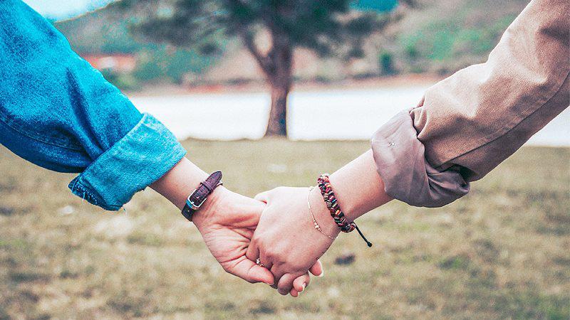 """""""Hãy rộng lòng thêm một chút, mạnh dạn bày tỏ tình cảm với mọi người, và đón nhận những tính cảm họ dành cho ta, để biết """"cảm giác bình thường tuyệt vời"""" của tình yêu thương, để sống chan hòa và cởi mở."""""""