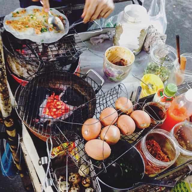 Bánh tráng nướng, hột gà nướng tại chợ đêm Hạnh Thông Tây. Ảnh: Internet