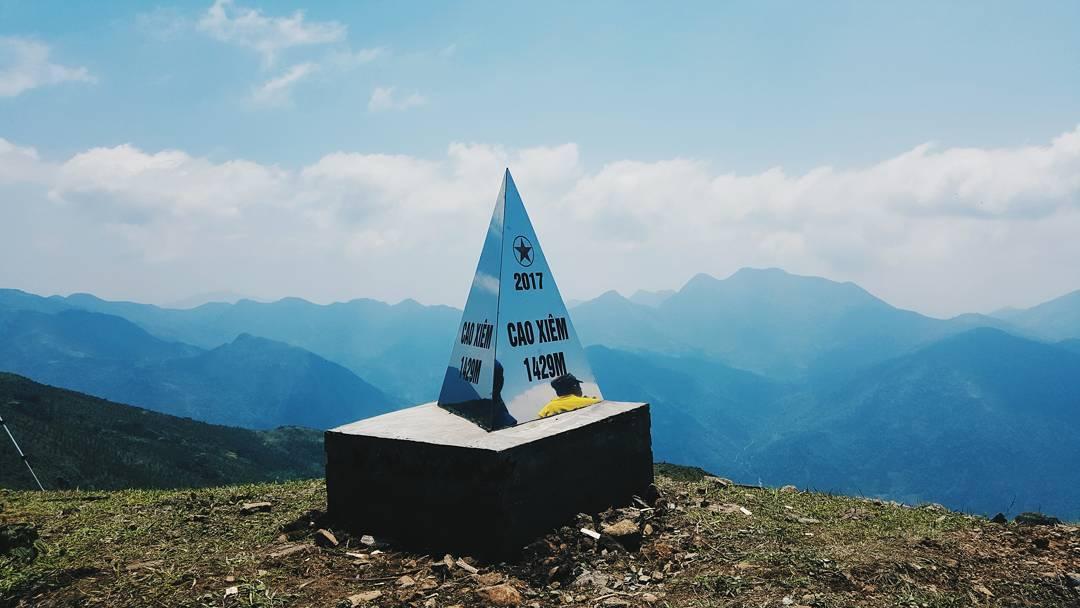 Cột mốc trên đỉnh Cao Xiêm. Hình: @sechiluonkim89