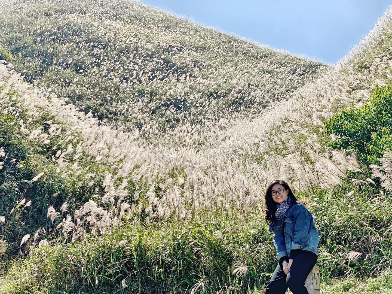 Quanh các cột mốc cũng là điểm check in khi mùa cỏ lau đến. Hình: Phạm Thu Trang