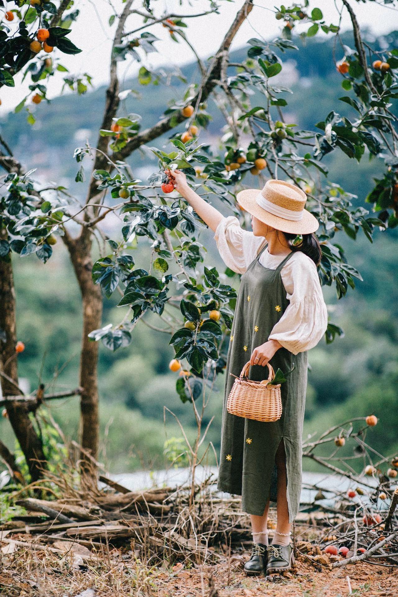 Váy yếm rất phù hợp để chụp hình ở vườn hồng. Hình: Tú Trần
