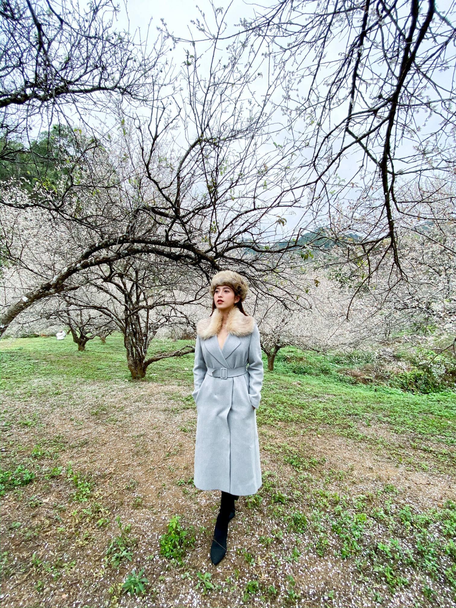 """Phối áo dạ dáng dài khéo léo giúp bạn """"trendy"""" hơn. Hình: Maria Tuyền"""