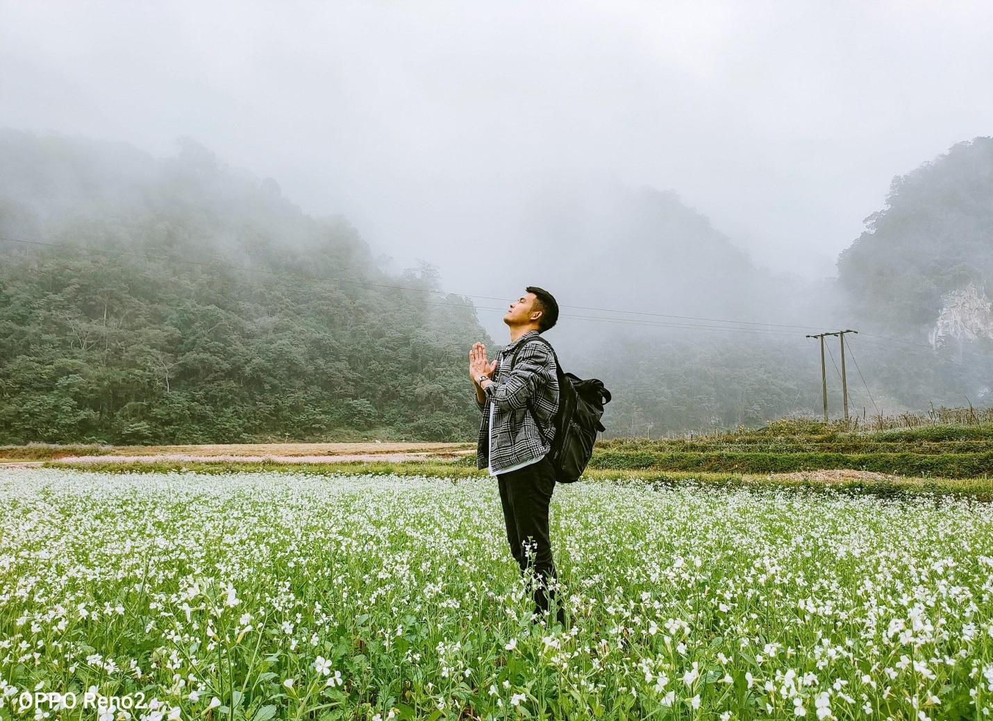 Có rất nhiều điểm để bạn chiêm ngưỡng những cánh đồng cải trắng dài bất tận nếu đi Mộc Châu tháng 11. Hình: Chan La Cà