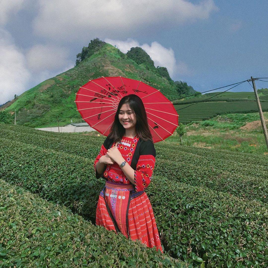 Bạn có thể thuê trang phục dân tộc ngay khu vực đồi chè. Hình: @_meimeow_