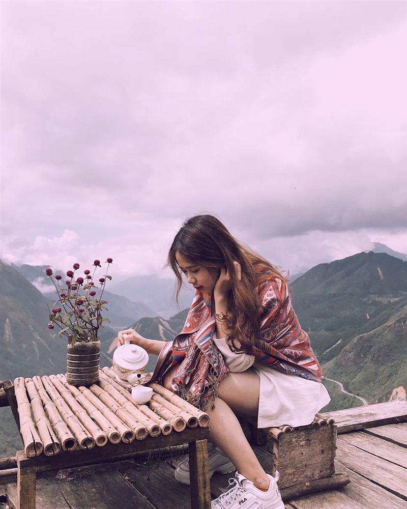 Khăn quàng cổ thổ cẩm giúp bạn nổi bật hơn giữa khung cảnh núi đồi. Hình: @thuynhung141199