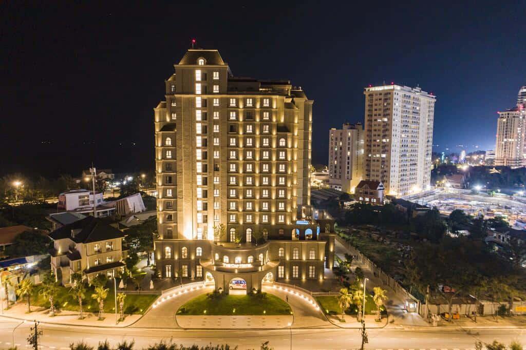 The Cap Hotel lung linh và rực rỡ vào ban đêm