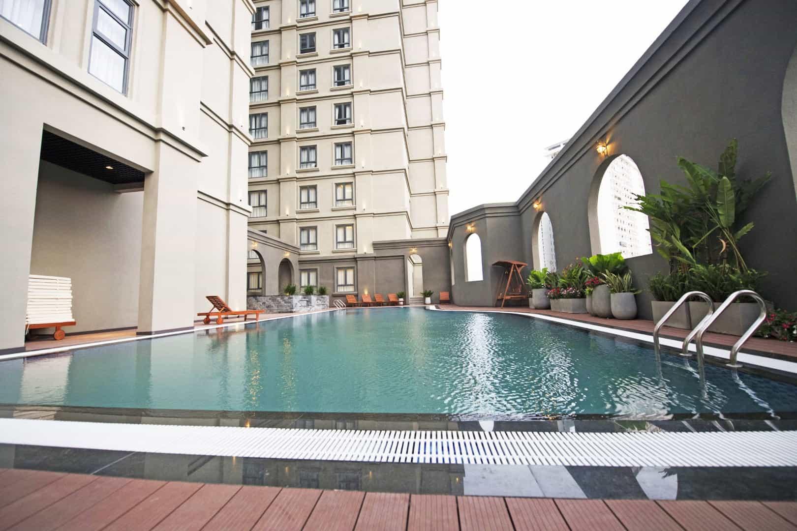 Bể bơi ngoài trời tại The Cap Hotel