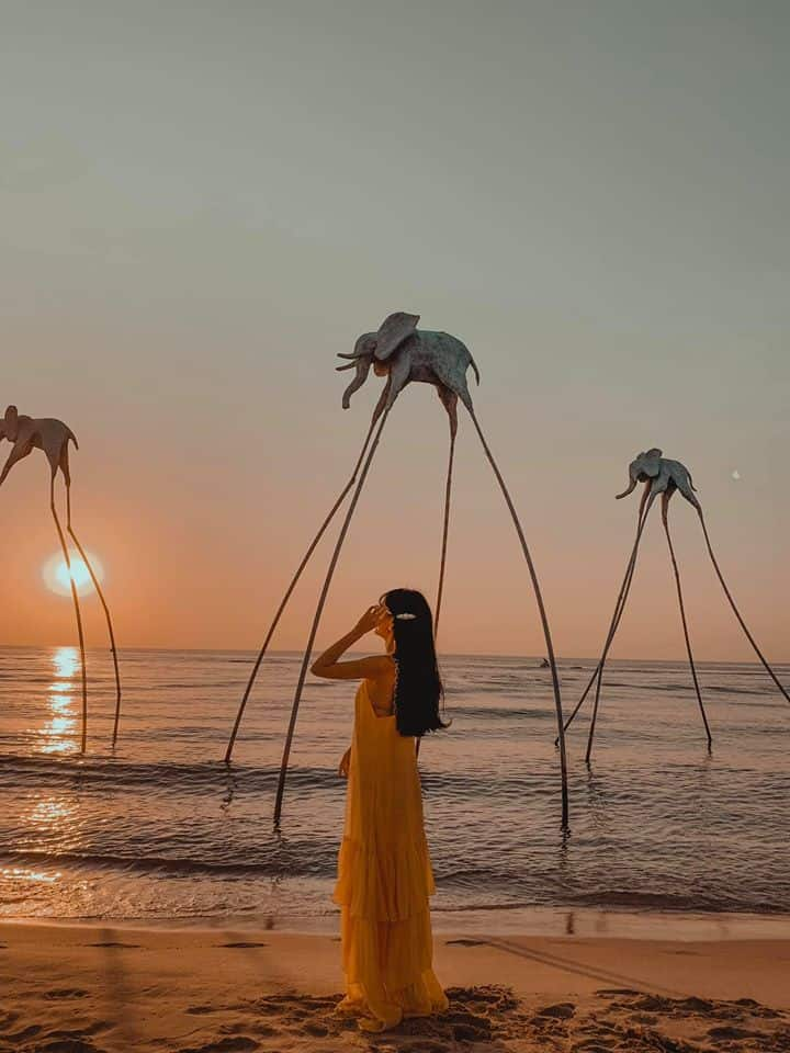 Đi biển mặc gì chụp hình đẹp không thể bỏ qua những chiếc váy maxi bay bổng - Nguồn ảnh: Internet