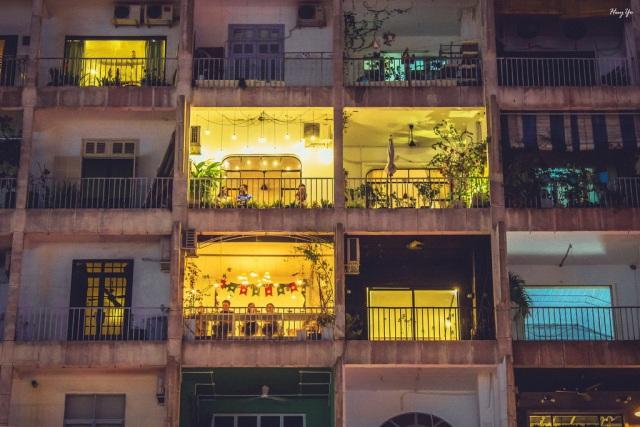 Những quán cà phê chung cư cũ ở Phố đi bộ Nguyễn Huệ. Ảnh: Internet