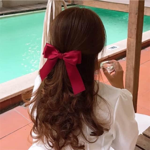 Chuẩn bị thêm phụ kiện tóc đem theo trong chuyến đi sẽ giúp bạn có thêm nhiều ý tưởng cho mái tóc đẹp - Nguồn ảnh: Internet