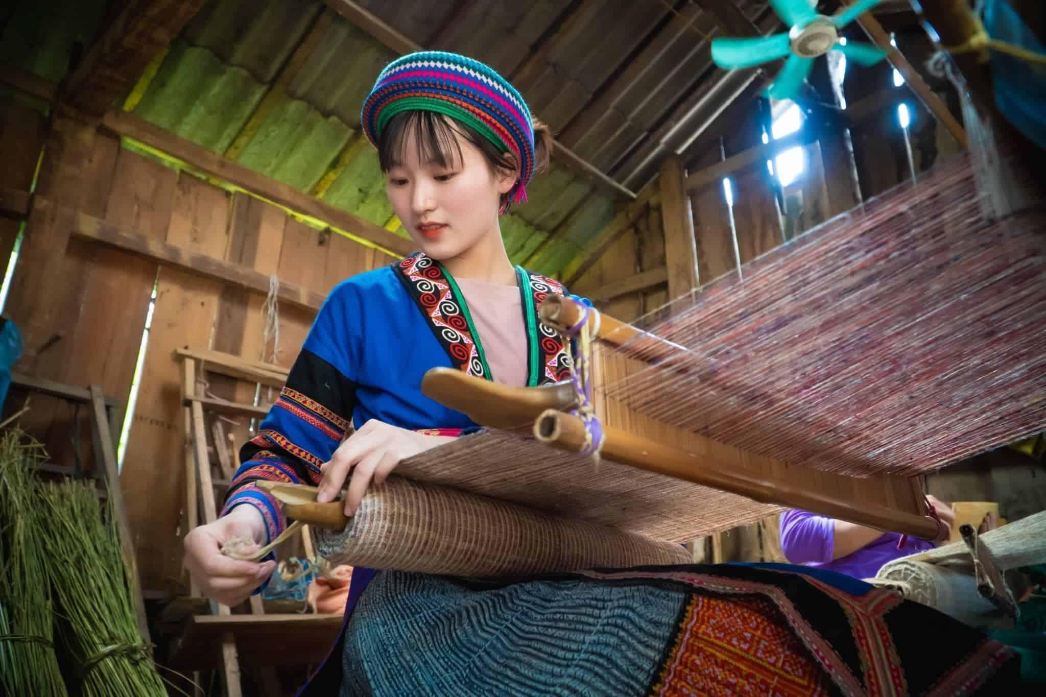 Trải nghiệm nghề dệt tại làng Lùng Tám