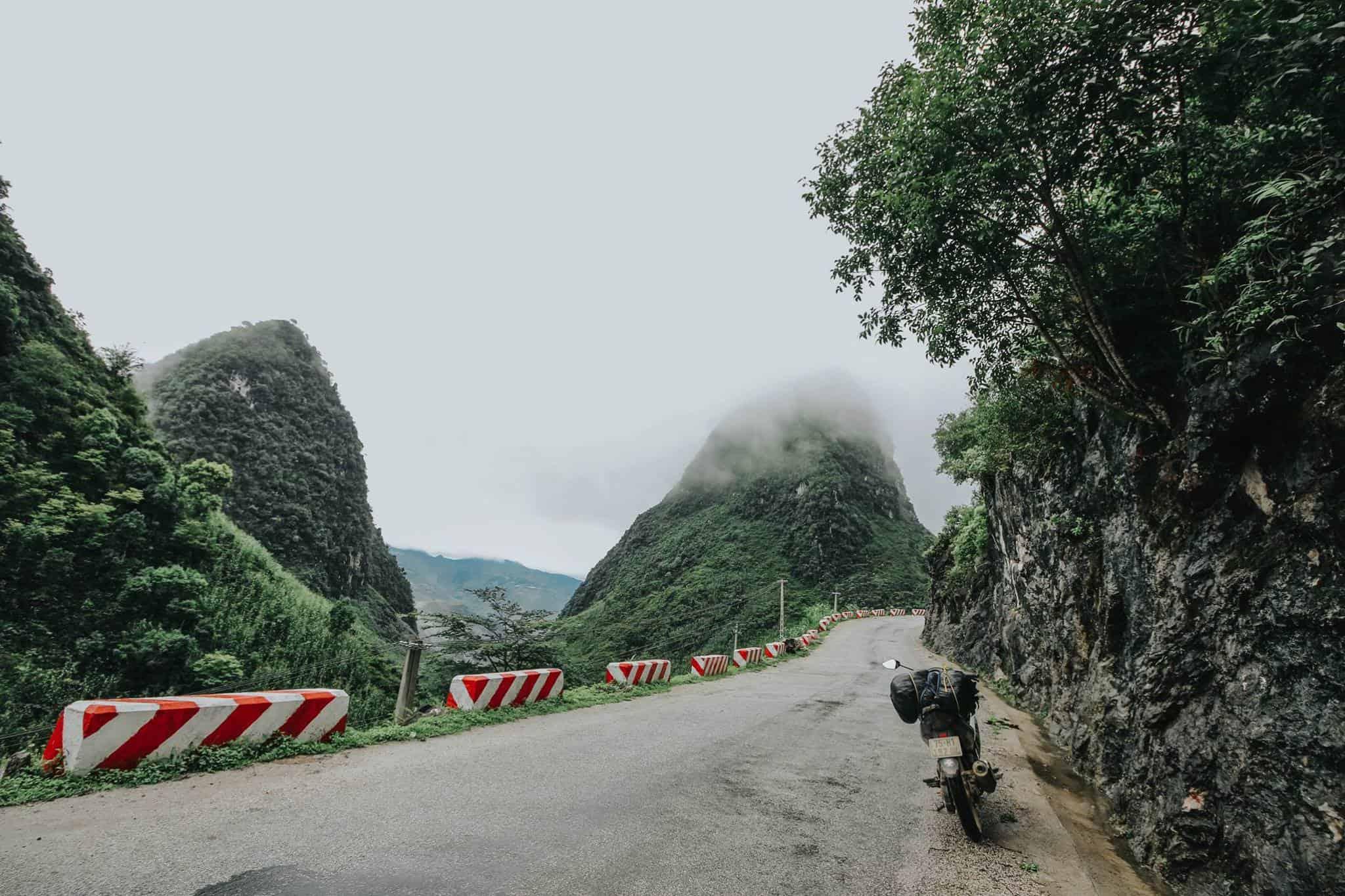 Đèo Mã Pì Lèng chìm trong mây. Hình: Hoàng Linh Hà