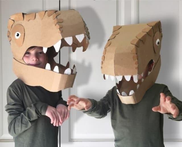 Nếu khéo tay và có nhiều thời gian, bố mẹ có thể làm cho trẻ các chiếc mặt nạ công phu bằng bìa carton. Ảnh: Internet