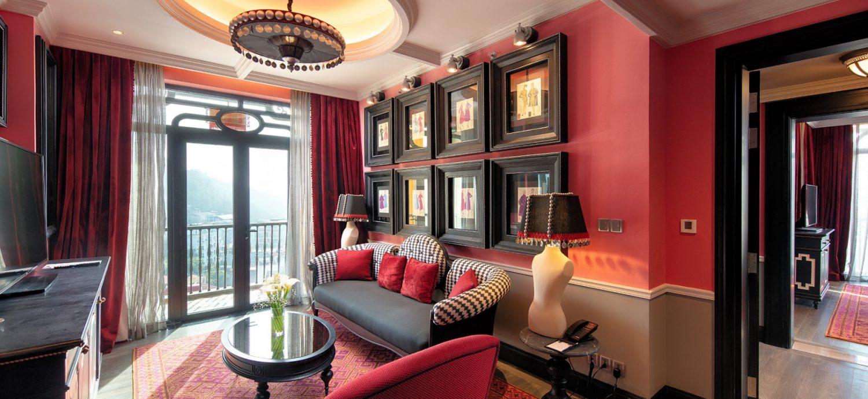 Phòng Executive Suite với màu hồng đậm gợi nhớ đến loài hoa hồng Pháp