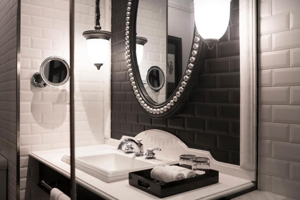 phòng tắm hiện đại với vòi sen, bể sục và bồn tắm sẽ khiến du khách có những phút giây thư giãn nhất