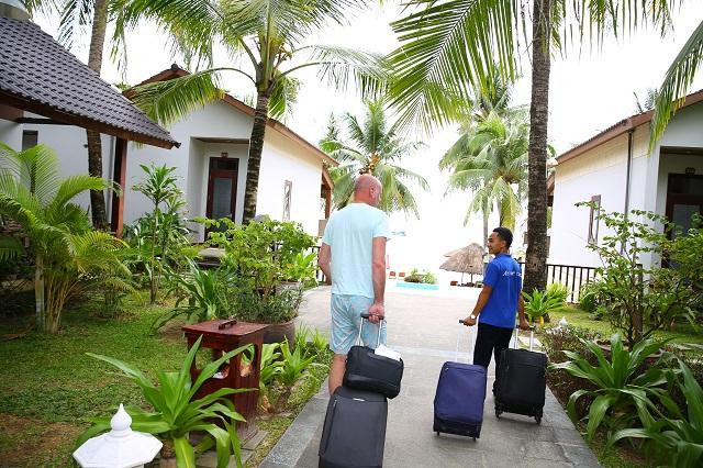 Đội ngũ nhân viên luôn tận tình, chu đáo nhằm đem đến cho du khách sự hài lòng tuyệt đối khi nghỉ dưỡng tại đây