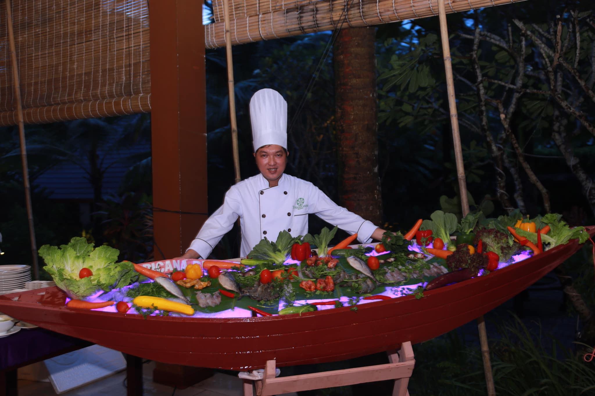 Những món ăn hấp dẫn phục vụ du khách được chế biến dưới bàn tay khéo léo của các vị đầu bếp nhà hàng Tropicana
