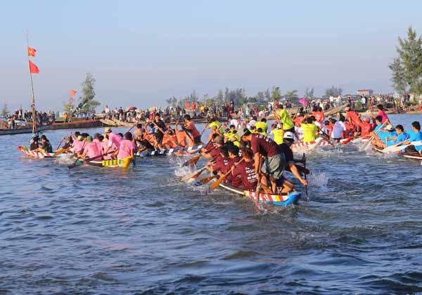 Lễ hội cầu Ngư diễn ra rất sôi động