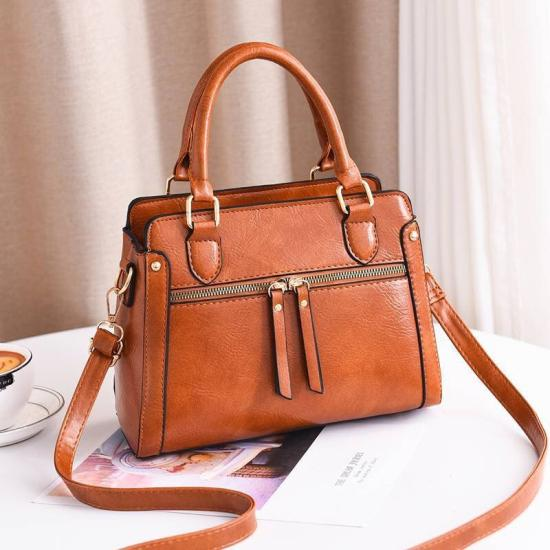 Chiếc túi xách phù hợp để vừa mang đi dạy học, vừa đi chơi